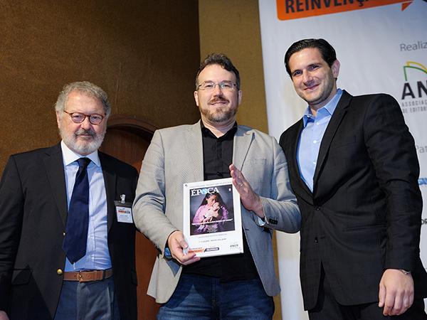 concurso-capas-alexandre-lucas-editor-revista-epoca-editora-globo-recebe-o-trofeu-1o-lugar-categoria-revista-impresa-voto-do-juri