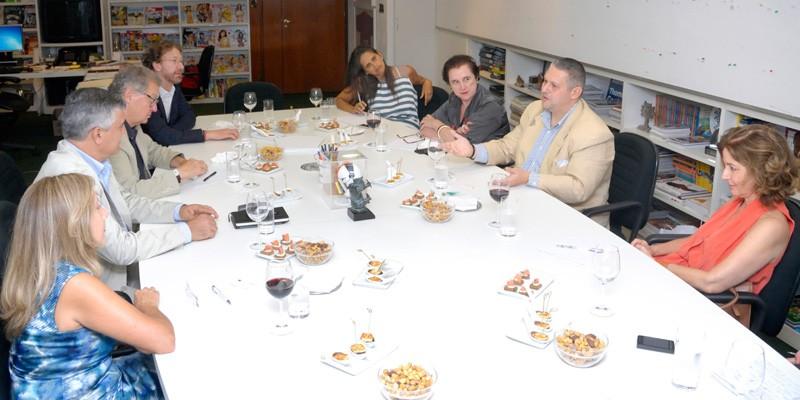 Fabrizio D'Angelo (à dir) reunido com Victor Civita Neto (à esq) e membros da Comissão Editorial da ANER