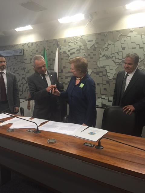Maria Célia Furtado com o Presidente do CCS Dr. Miguel Angelo Cançado ao assinar o termo de posse.