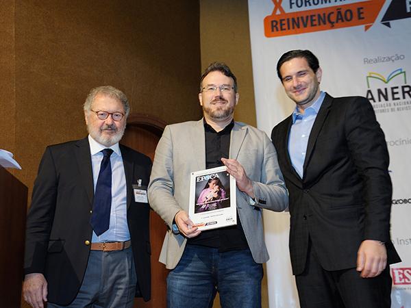 concurso-capas-alexandre-lucas-editor-revista-epoca-editora-globo-recebe-o-trofeu-1o-lugar-voto-do-juri